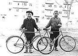 1968 год. До-рок-н-рольный период. Справа - Санек Агашин. Первый учитель гитарных баре, звездочек, лесенок