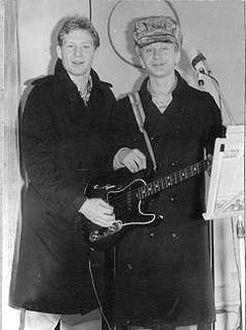 Вокально-инструментальный ансамбль МАГНИТОН. Именно в нем не захотел играть Дима. Я и вокалист Андрей Кузьмичев. С ним мы играли в первой институтской группе. И его же я пригласил потом в Гошину, когда переделывал ее