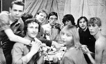Вот он, КАКТУС. После очередного концерта. Слева направо: Славик Куликов обнимает барабанщика Володю Фролова, между ними торчит голова Димы Гнедышева и его протянутая рука за стаканом, я с бутылкой, Витя Фроленков - наш художник и фанат, Анвар Минигалимов - в КАКТУСЕ-2 ритм-гитара, а пока просто поклонник, Витя Губский - общий друг, Гоша Протасов, Ирина Гнедышева - Димина жена