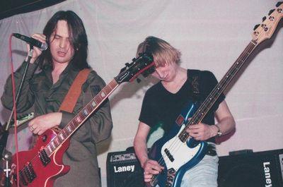 Леонид Новиков (слева) - лидер группы PARA BELLVM, 2002