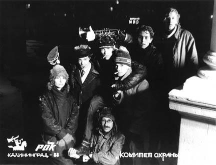 КОТ у ДК Моряков. Личности всех установить не удалось. Андрей Коломыйцев вспомнил только гитариста Юрия Щедрина (крайний справа), ритм-гитариста Алексея Старцева (сидит) и Ирину Метельскую (подпевки, крайняя слева)